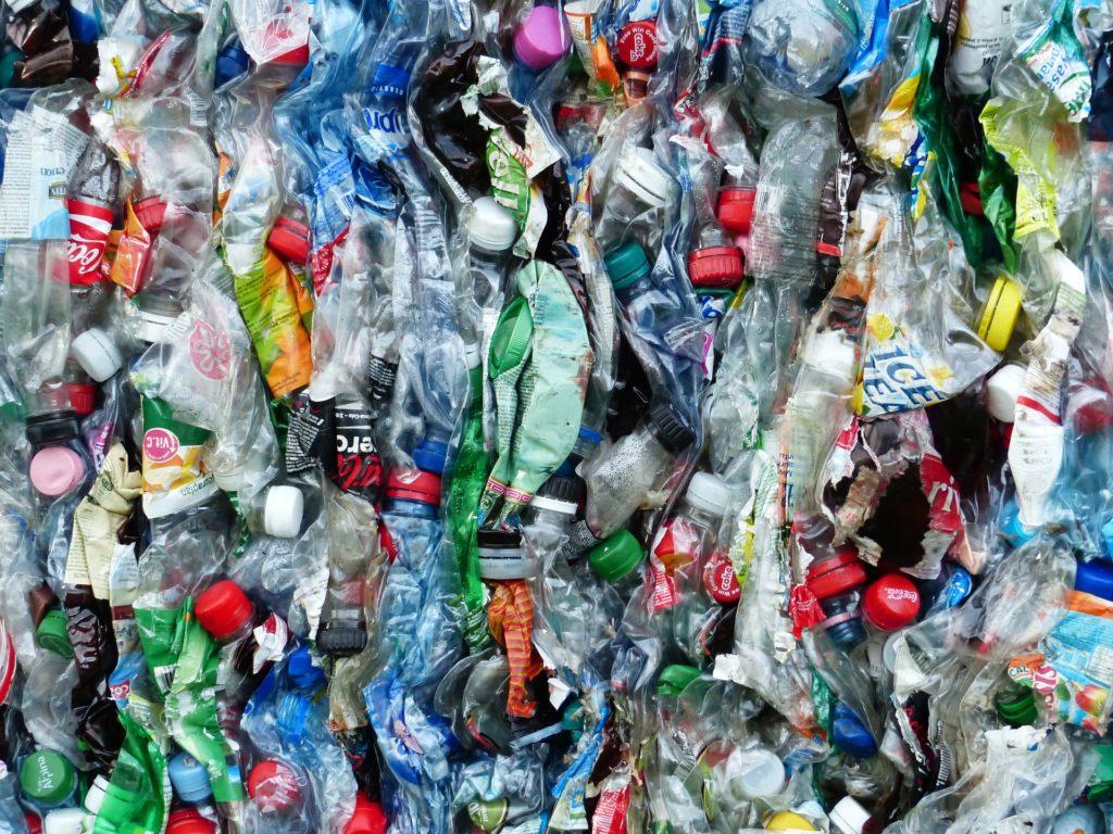 Blok slisovaných PET lahví připravených k recyklaci