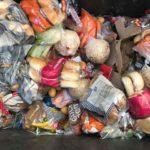 popelnice plná pečiva