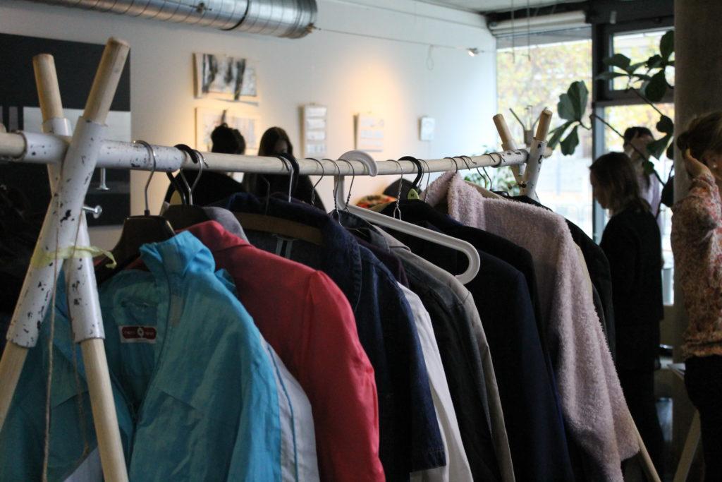 clothes swap, výměna oblečení, oblečení, věšák