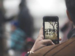 Muž se smartphonem v ruce