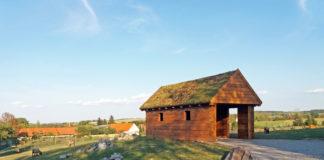 Dům s porostlou střechou.