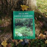 Knihu Jak se dělá lesní zahrada vydalo nakladatelství Kompost Press spolku Permakultura (CS) v roce 2020. Zdroj: zajimej.se